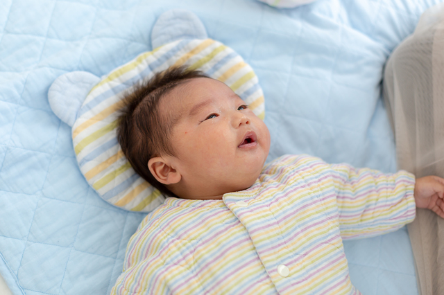 枕を使って寝る赤ちゃん,赤ちゃん,枕,