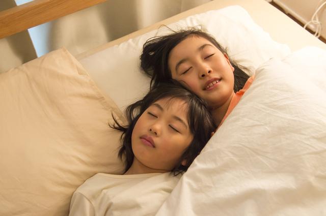 ベッドで眠る姉妹,乳歯,保存,ケース
