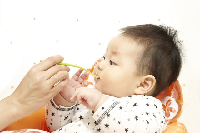 離乳食を食べる赤ちゃん,離乳食,進め方,