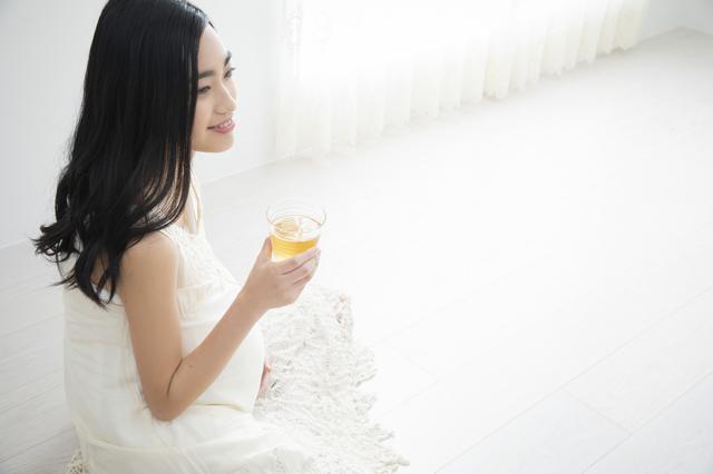 お茶を飲む妊婦さん,ほうじ茶カフェイン,