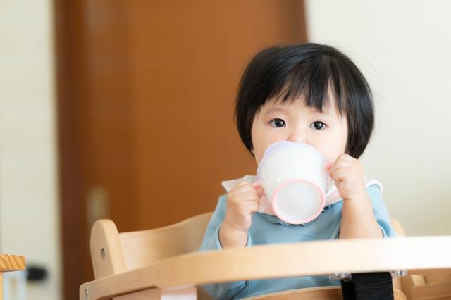 お茶をのむ赤ちゃん,ほうじ茶カフェイン,
