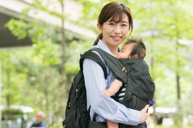 赤ちゃんを抱っこするママ,抱っこ紐,
