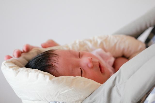 抱っこ紐で抱かれる新生児,抱っこ紐,