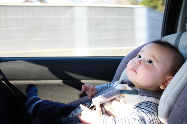 チャイルドシートに乗る子ども,チャイルドシート,おもちゃ,