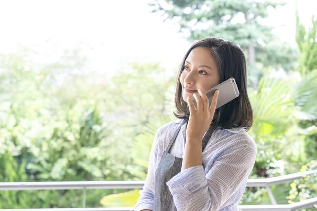 電話をする女性,保育園,見学,