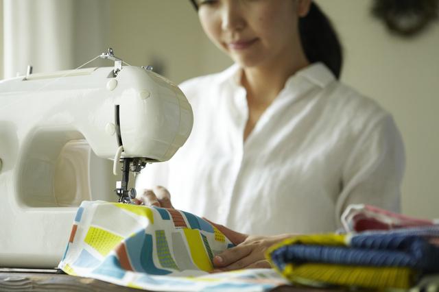 裁縫をする女性,ベビーリュック,