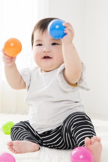 おすわりして遊ぶ赤ちゃん,生後,7ヶ月,赤ちゃん