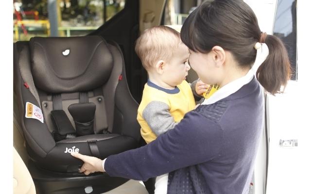 子どもをチャイルドシートに乗せようとするママ,シート,