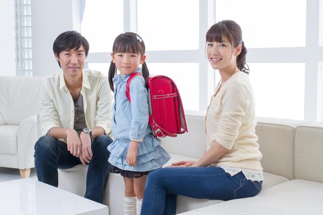 ランドセル姿の女児と両親,小学校,入学祝い,プレゼント
