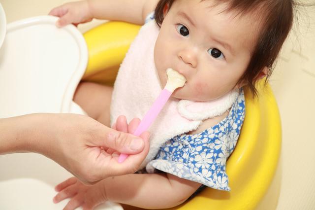 離乳食を食べている赤ちゃん,離乳食,冷凍,容器