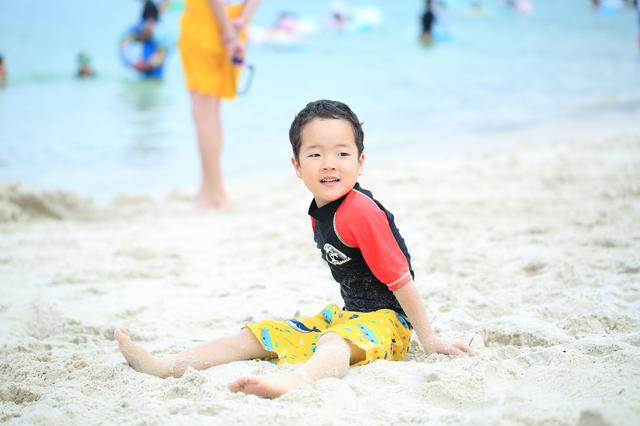 海水浴する子ども,赤ちゃん,水着,