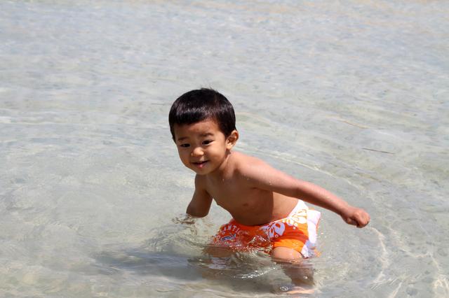 水遊びする男の子,赤ちゃん,水着,