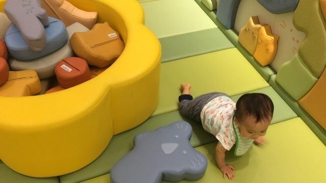 プレイルームで遊ぶ赤ちゃん,新生児,外出,