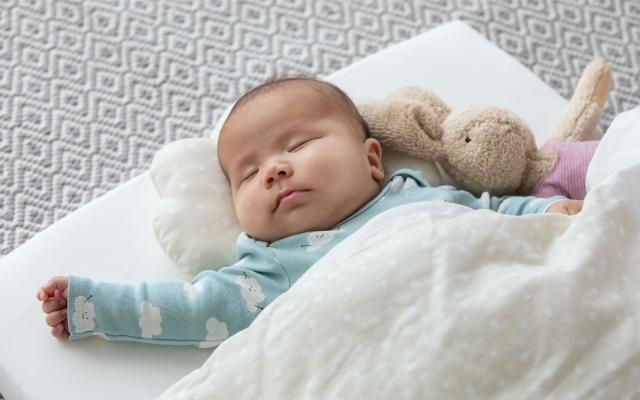 布団で眠る赤ちゃん,
