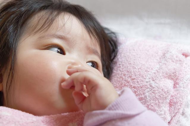 おしゃぶりする赤ちゃん,赤ちゃん,ストロー,