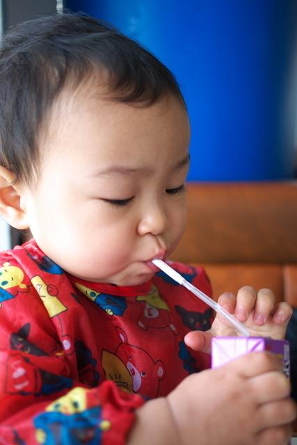 ストローで飲み物を飲む赤ちゃん,赤ちゃん,ストロー,