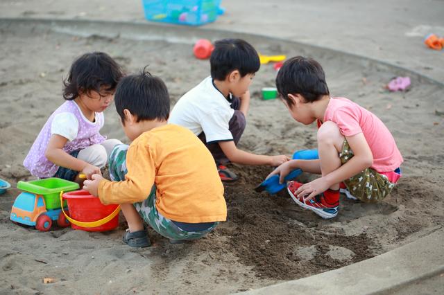 砂遊びをする子ども達,砂場セット,