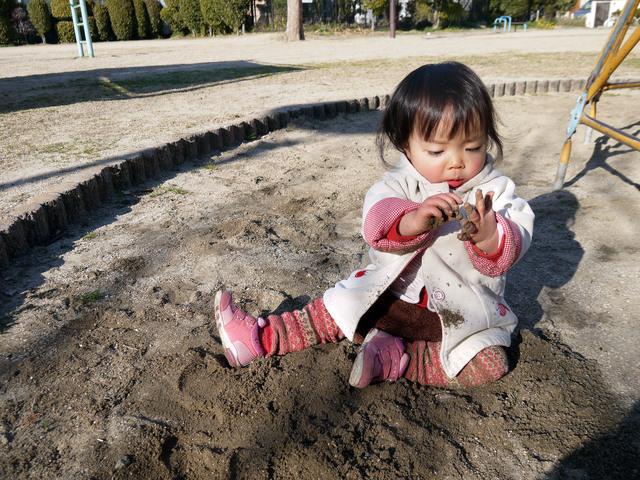 砂遊びをする幼児,砂場セット,