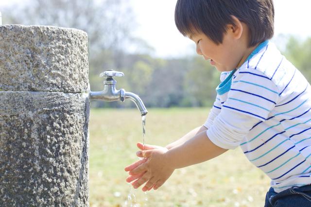 手洗いする子ども,砂場セット,