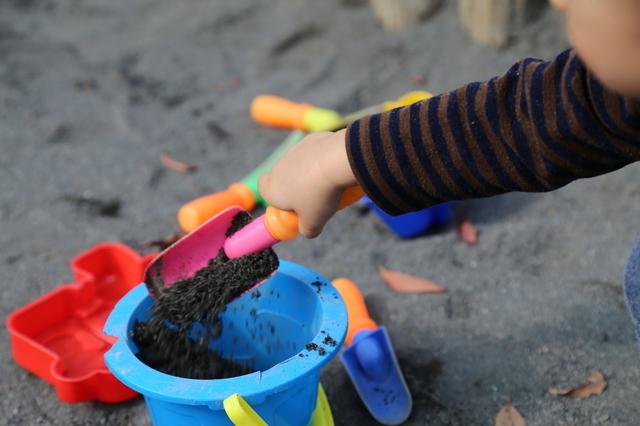 砂場で遊ぶ幼児,砂場セット,