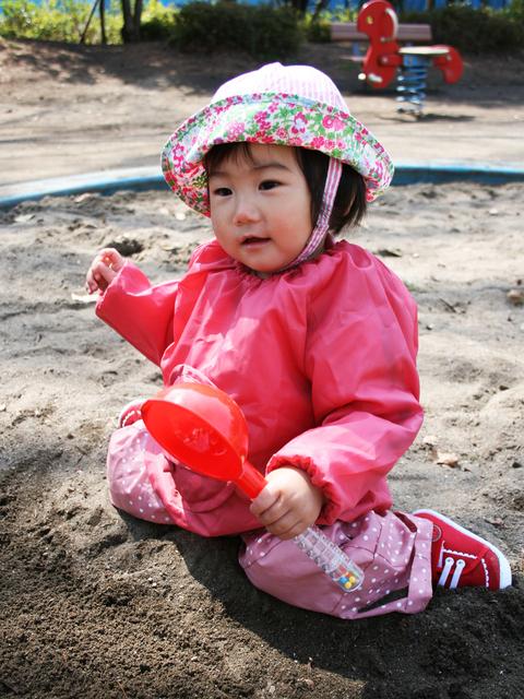 スモックを着て砂場遊びする子ども,砂場セット,