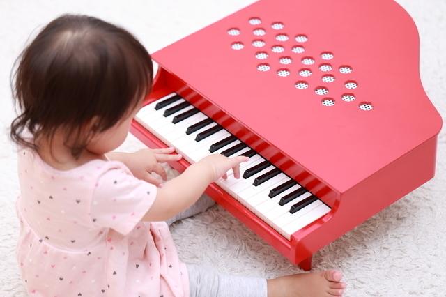 おもちゃピアノに触れる子ども,おもちゃ,ピアノ,