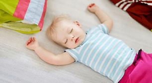 相談がありました。原因と対策について、専門家はなんとアドバイスしているでしょうか。 2歳児のママからの相談:「夜中に頻繁に起きてしまいます」,