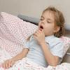 夫?治る生活習慣は? 風邪をひくと喘息の発作が出る5歳児についての質問です。小児科で処方され毎日飲んでいる薬の副作用について、また喘息が治る生活習慣について、専門家はなんとアドバイスしているでしょうか。 5歳児のママからの相談:「小児喘息について」,