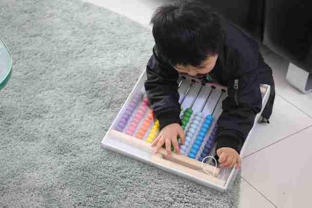 イケアのそろばんMULAを使って遊ぶ子ども,イケア,おもちゃ,