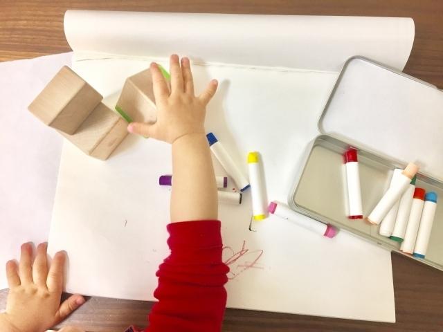 子供の手とクレヨン,お絵かき,練習,