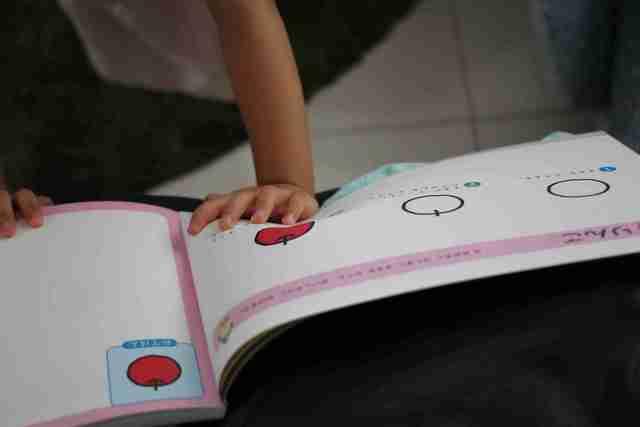 お絵描き練習ドリルを使う子ども,お絵かき,練習,