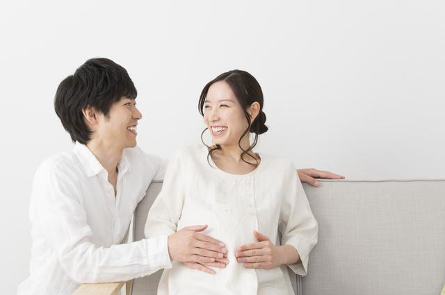 妊娠の妻をいたわる夫,妊娠13週,