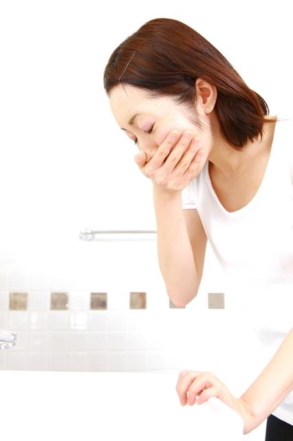 吐き気を感じる女性,妊娠,7週,症状