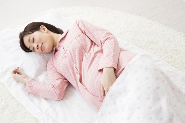 横向きに寝る妊婦,妊娠,24週,胎児