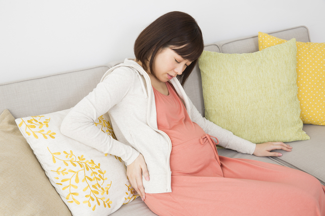 腰痛に悩まされる妊婦,妊娠,36週目,