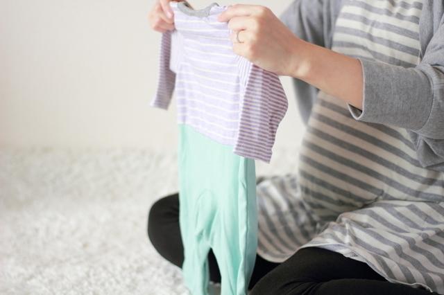 赤ちゃんの服を準備する妊婦,妊娠,36週目,