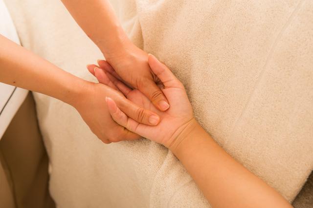 手のツボ押しイメージ,妊娠超初期,眠気,