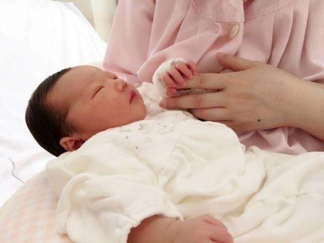 ママの指を握る新生児,帝王切開後,妊娠,