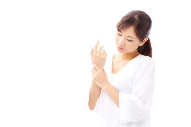 手首を気にする女性,産後,7ヶ月,