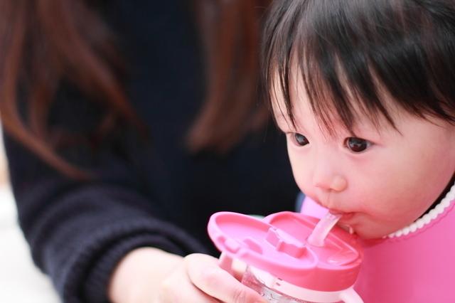 ストローで飲む赤ちゃん,生後,7ヶ月,赤ちゃん
