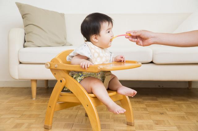 離乳食を食べる赤ちゃん,産後,6ヶ月,
