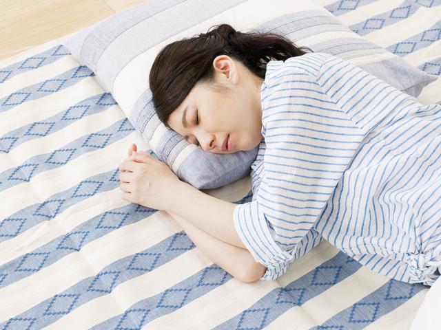 横になる妊婦,妊娠,初期症状,腹痛
