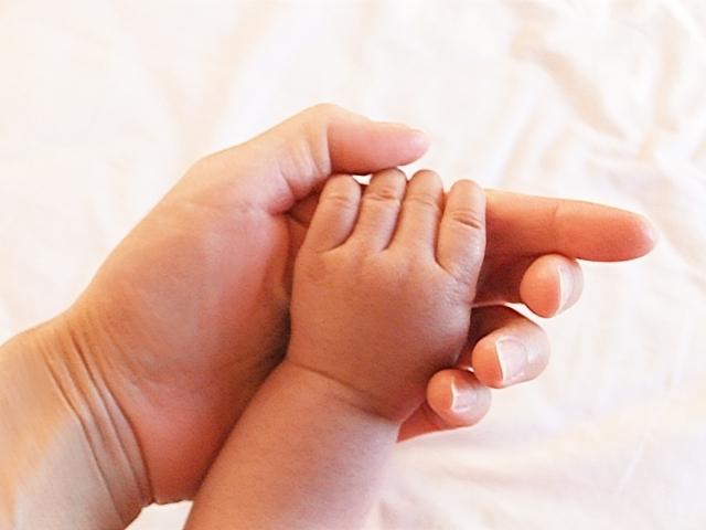 赤ちゃんとママの手の写真,産後,4ヶ月,