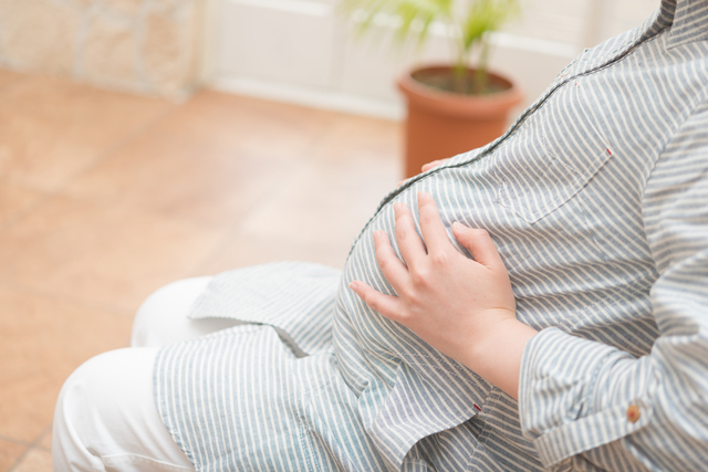 お腹をさする妊婦,陣痛促進剤,出産,効果