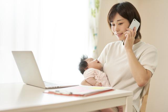 パソコンを見るママ,育児休業給付金,