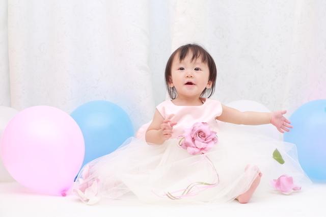 ドレスを着る赤ちゃん,1歳誕生日,
