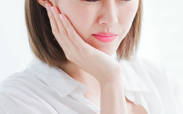 歯が痛む女性,