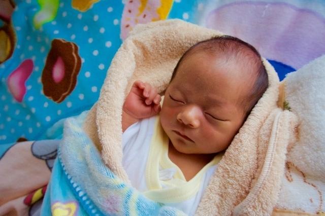 タオルに包まれた赤ちゃん,赤ちゃん,バスタオル,