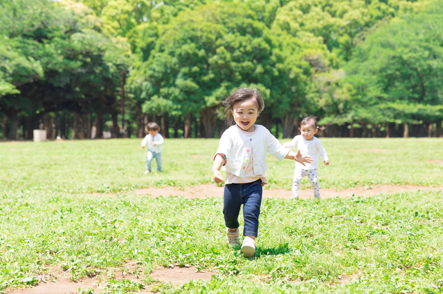 走る子ども,2歳,