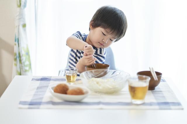食事をする子ども,2歳,